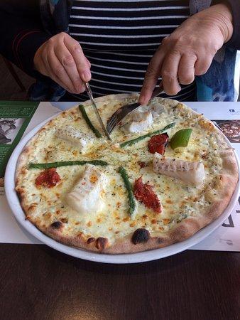 St-Martin-des-Champs, France : Pizza au cabillaud