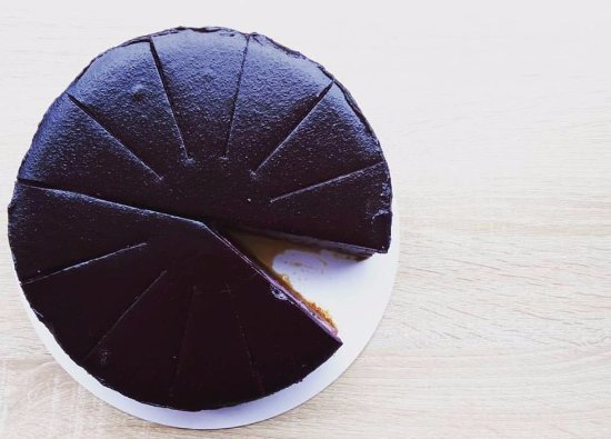 Zlin, República Checa: Ovocné cheesecake i dortíky si pečeme sami v Kafecu.