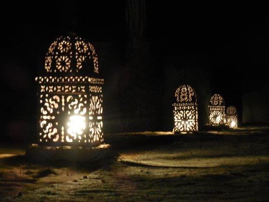 Jaimas Madu: Lights along the path between the lounge and the tent rooms.
