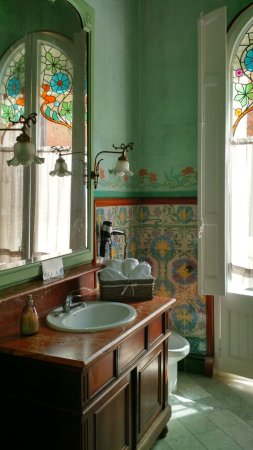 Hotel El Xalet: Bathroom with original tiles and paint