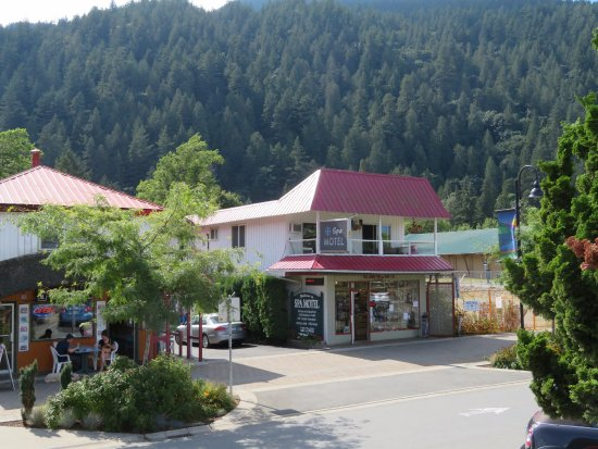 Harrison Spa Motel: entrance to parking