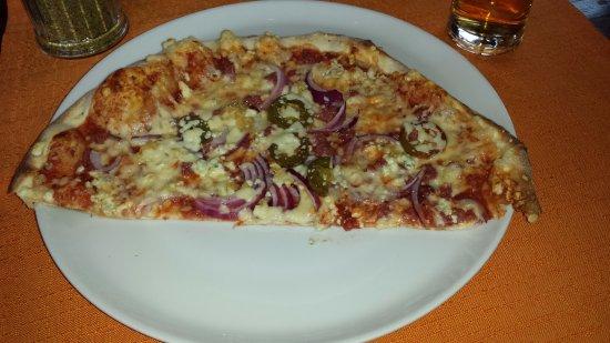 Luosto, Φινλανδία: Punakettu-pizza: Savuporoa, sipulia, aurajuustoa, jalapenoa, valkosipulia...