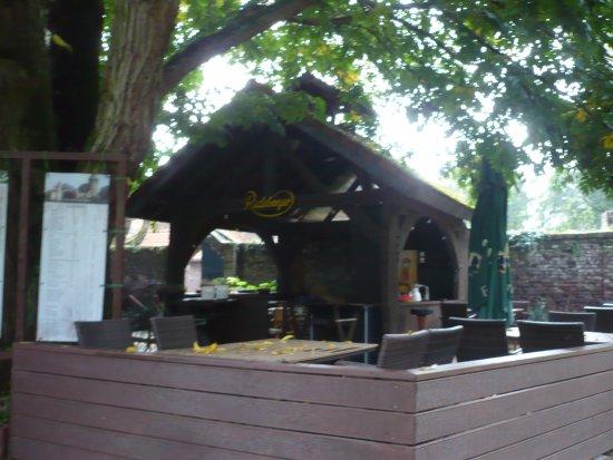 เครเฟลด์, เยอรมนี: Vor der Burg Linn-Gastronomie.