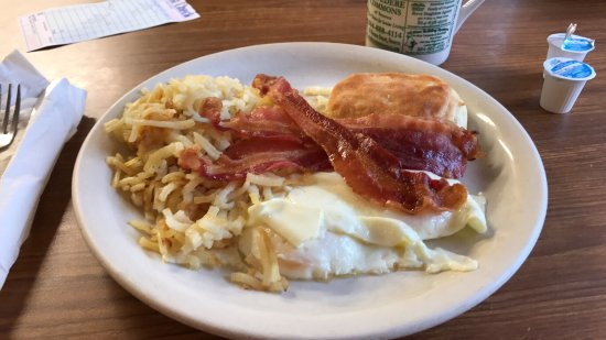 Walhalla, Carolina del Sur: Hash browns, eggs over medium, bacon and a biscuit!