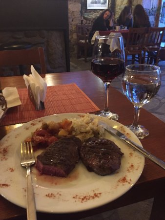 Gjakova, كوسوفو: Medium rare steak with house wine