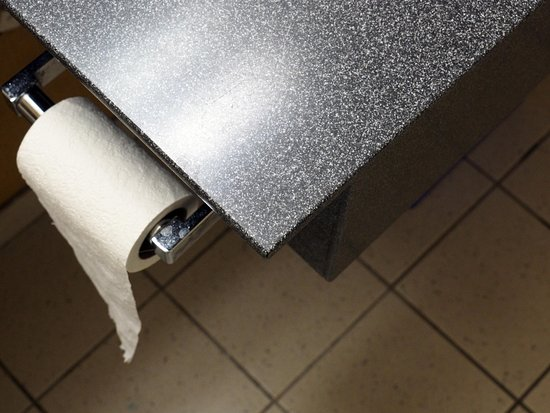 Days Inn Vancouver Downtown: Very sharp edge on sink counter which could do damage if you wre drying off and didn't notice it