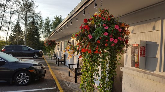Hearthstone Inn Port Hawkesbury: Front of hotel is pretty with lovely flower baskets