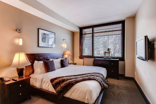 Hayden Lodge Snowmass Mountain Lodging: Rest in this comfortable king bed in Hayden Lodge's 2207's master suite.