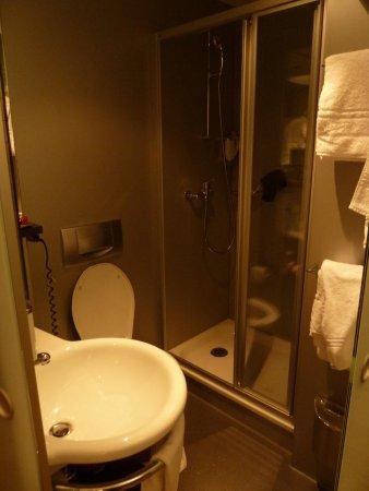 Hotel La Pergola : Interior del baño, para personas delgadas!!