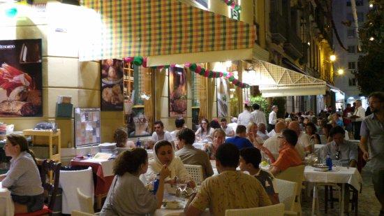Terraza De Noche Ideal Para Cenar En Cualquier época Del
