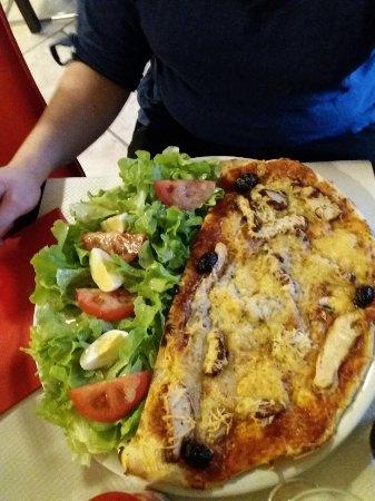 Graveson, Frankrike: halve pizza met slaatje