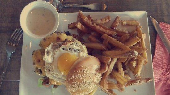 Aigueperse, Francia: Burger Becon oeuf ! sauce a part a la demande !
