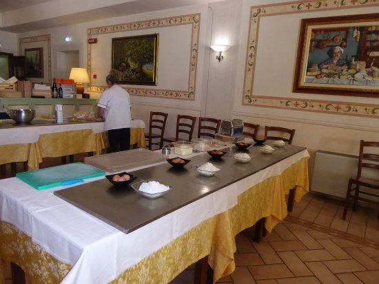 Vallo di Nera, Italy: Table set up for 5 people to make egg noodles
