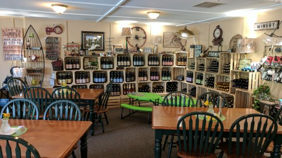 Peru, IN: Eating area / wine selection