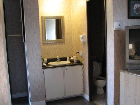 petite salle de bain avec baignoire et douche - Picture of Motel ...