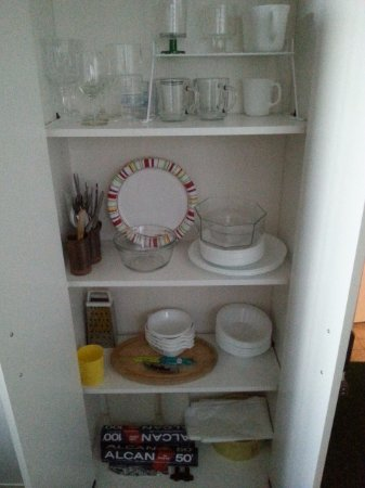 Island View Bed and Breakfast: Corelle and plastic