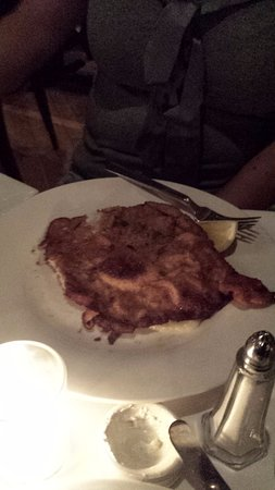 Le Petit Bistro: Veal with whipped potatoes and green vegetable under it. Delicious!