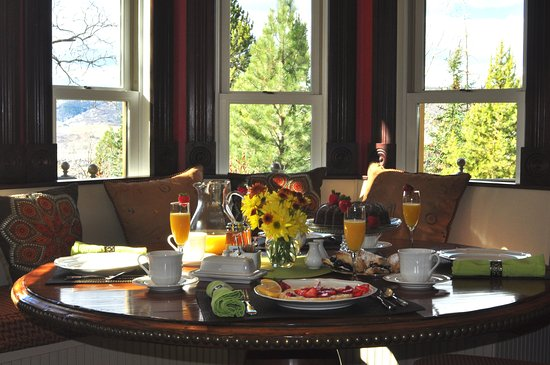 The Victorian: Breakfast in the kitchen nook & beautiful views of the Yampa Valley