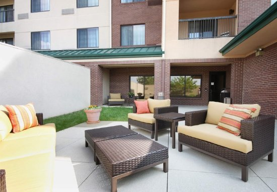Bloomingdale, IL: Outdoor Courtyard