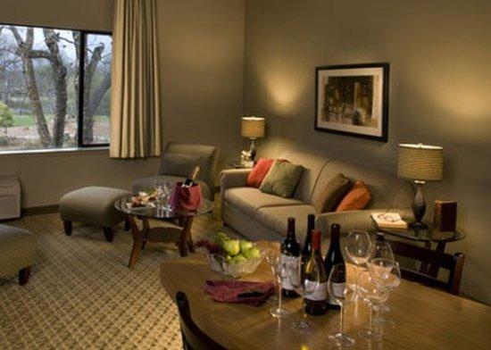 Anderson, CA: Deluxe Suite Living Room