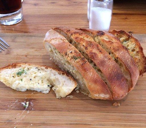 Red Ochre Grill Restaurant Alice Springs: Cocodrilo, canguro, pan de ajo