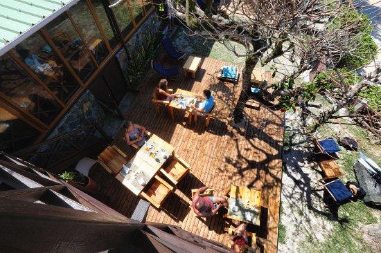 Pointe d'Esny: terrasse pour le dejeuner du guest house de chantauvent