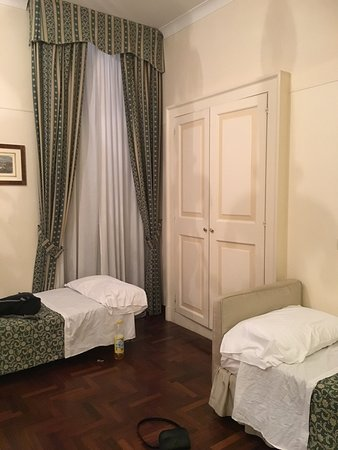 Hotel Fontanella Borghese: Large room with a full bed and two twins for our family of four.