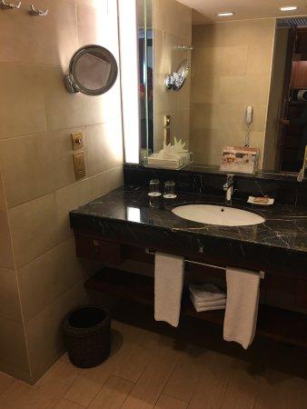 Shangri-La's Mactan Resort & Spa: lavatory and toiletries