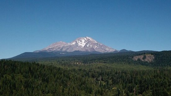 Cedar Lodge Motel: Pic of Mount Shasta taken with drone