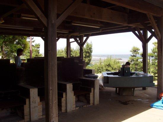 Oarai Sun Beach Camp Site: 場内中央にある炊事場。奥のシンクはお湯が出ます。