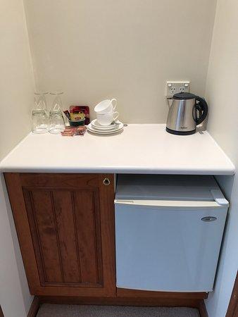 Wentworth Falls, Αυστραλία: Bar fridge, tea/coffee making in all rooms