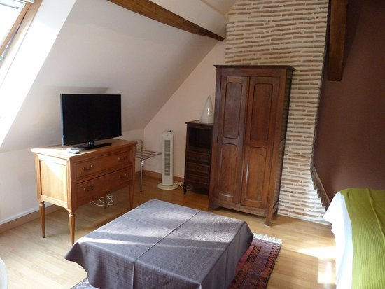 Cande-sur-Beuvron, Frankrijk: Aménagement de la chambre avec les meubles de récupération