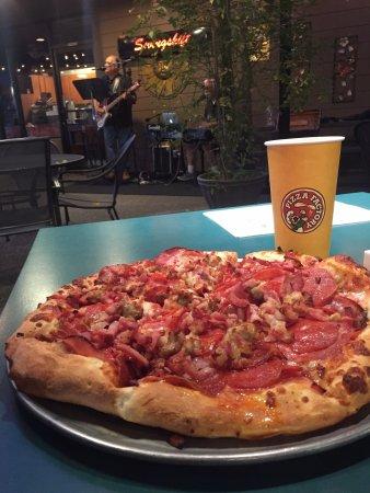 Pizza Factory: Cena con música en vivo