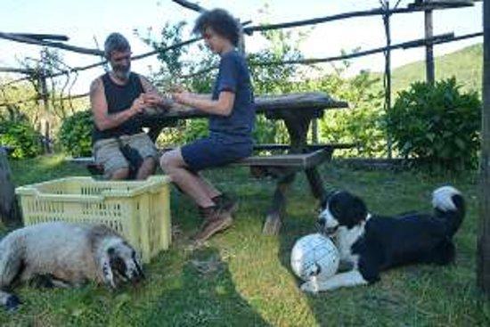 Campo Ligure, Italy: En famille, paisiblement occupés autour des produits de leur jardin bio