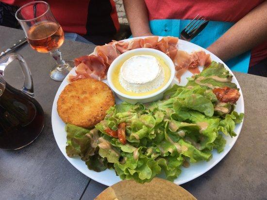 Carennac, Γαλλία: Roti de Camembert ... yummo!