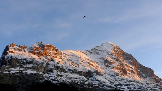 Hotel Alpenhof Grindelwald : Paragliding over the Eiger - viewed from our room!
