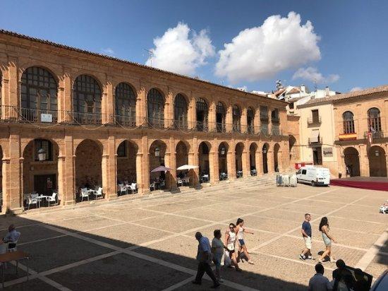 Alcaraz, Spanien: PLAZA MAYOR EN PLENA PREPARACION DE FIESTAS