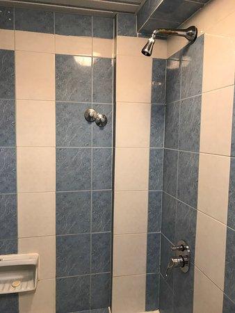 Iliessa Beach Hotel: Duschen i sin helhet. Här ser man även knopparna som dom satt upp..