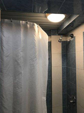 Iliessa Beach Hotel: Här ser ni dusch draperiet som fungerar som en halvmåne. Allt vatten stänkte ut på golvet