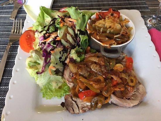 Moirans, France: Plat du jour: Dinde rôtie aux légumes et gratin de pâtes