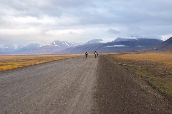 Hurtigruten Svalbard: Cycling in Adventdalen
