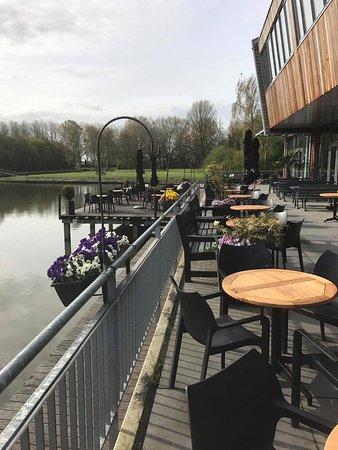 Bovenkarspel, Países Bajos: Gezellig terras aan het water. Goede keuken.....ook voor tapas. We vinden de bediening soms traa