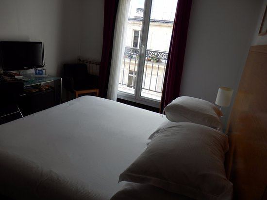Hotel Albe Saint Michel: Queen size bed with French doors and access to balcony.