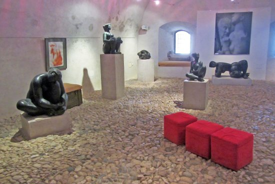 Les Musees de La Citadelle: Volti sculptures nicely staged