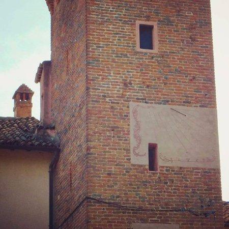 La  meridiana  sulla torre del castello di Zerbolò