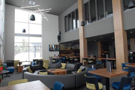 Thetford Mines, كندا: La salle à manger et son coin lounge