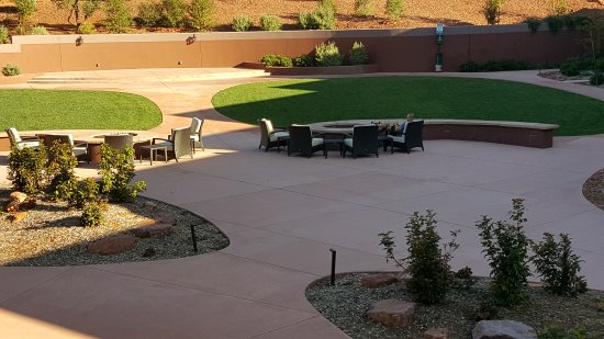 Sedona Rouge Hotel and Spa: This back patio has 3 fire pits for evening enjoyment of the sunset on the Red Rocks