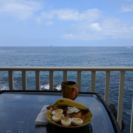 Hale Kona Kai Condominiums: Breakfast on the lanai, 2nd floor, north side