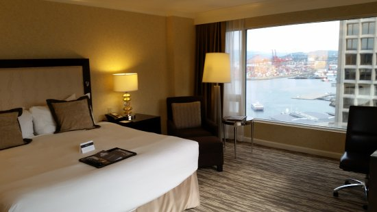 Fairmont Waterfront: Bedroom with harbor view