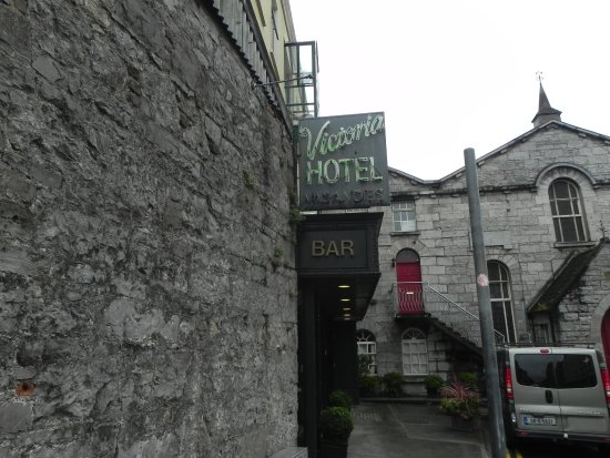 Victoria Hotel: Front of hotel